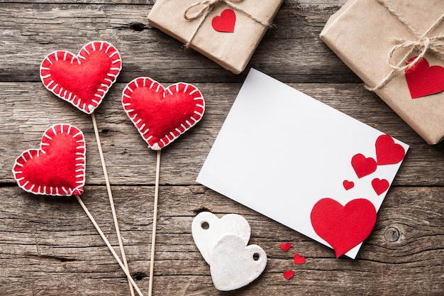 Dia dos namorados cartão em branco com corações decorativos corações vermelhos.