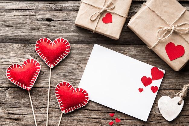 Dia dos namorados cartão em branco com corações decorativos