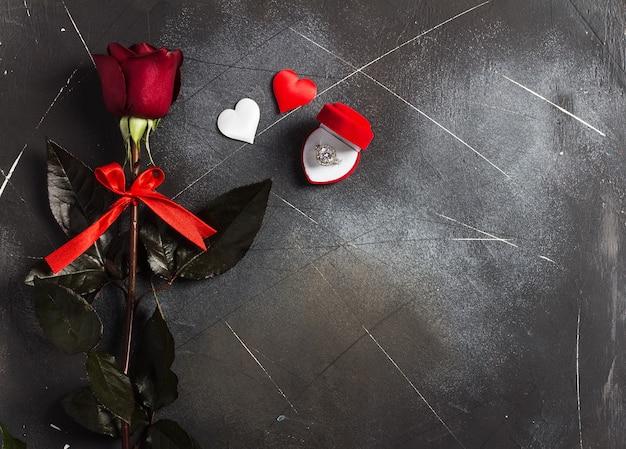 Dia dos namorados casa comigo anel de noivado de casamento em caixa com presente rosa vermelha