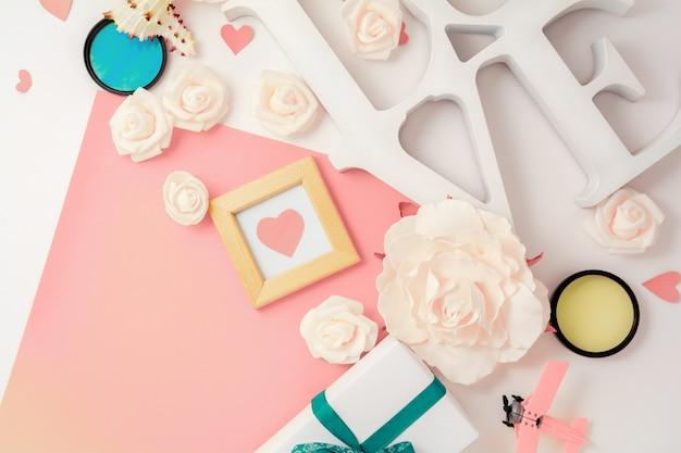Dia dos namorados, casamento, noivado plana leigos, vista superior. presente caixa de presente, fita, corações, flores rosas, amor, papel rosa