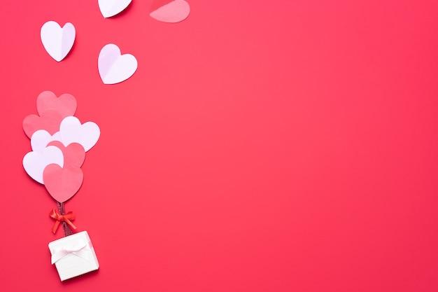 Dia dos namorados com caixa e corações vermelhos e rosa