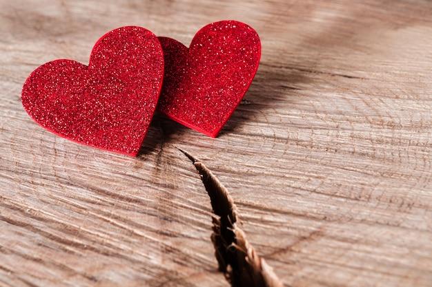Dia dos namorados com corações vermelhos brilhantes em madeira rústica rachada
