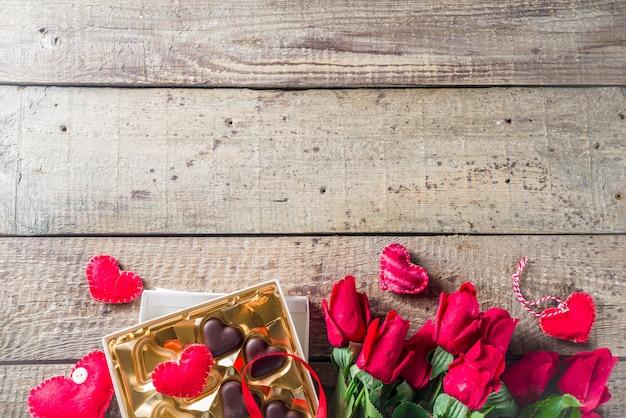 Dia dos namorados com rosas vermelhas e coração de chocolate