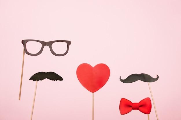 Dia dos namorados conceito lgbt coração vermelho com dois adereços de bigode de papel