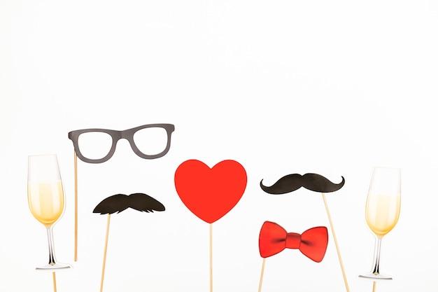 Dia dos namorados conceito lgbt coração vermelho, taças de champanhe com dois adereços de bigode de papel
