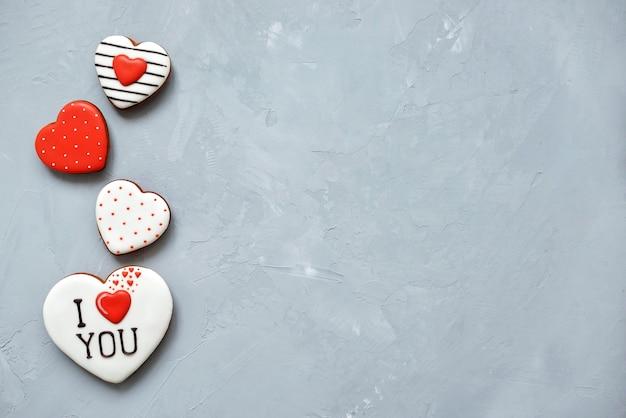 Dia dos namorados cookies caseiros no fundo ultimate grey cobertos com glacê com um lindo padrão de pão de mel.