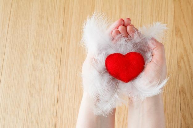 Dia dos namorados. coração artesanal no espaço de madeira