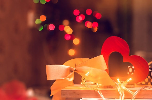 Dia dos namorados, coração de madeira e arco