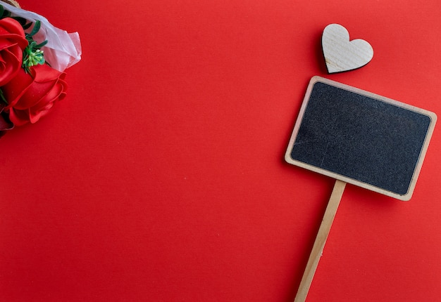 Dia dos namorados coração de madeira em fundo vermelho