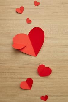 Dia dos namorados coração de papel vermelho na madeira