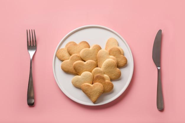 Dia dos namorados coração em forma de biscoitos no prato. configuração de mesa. conceito. vista de cima. postura plana.