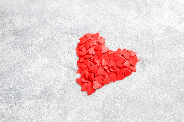 Dia dos namorados coração vermelho em forma de granulado.