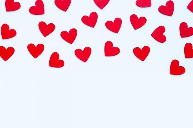 Dia dos namorados - corações vermelhos em fundo branco.