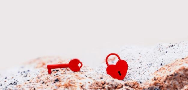 Dia dos namorados e conceito de amor com cadeado em forma de coração. mais doce símbolo de chave e romance.