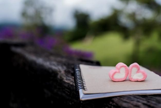 Dia dos namorados e o conceito de amor com doce de coração. café para um novo começo do dia.