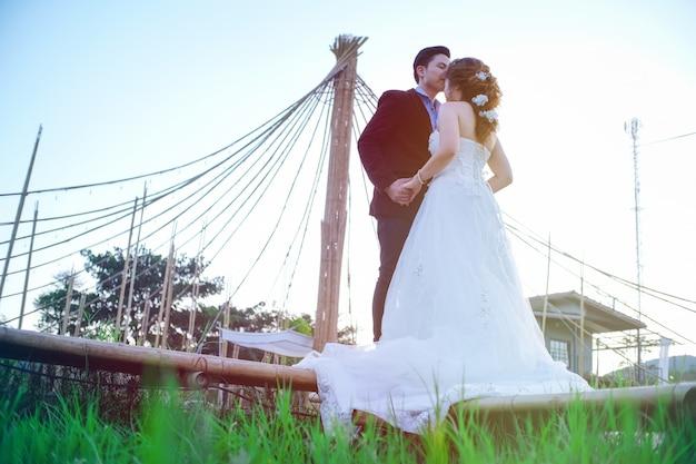 Dia dos namorados. jovem casal de casamento asiático noivo e noiva no jardim.