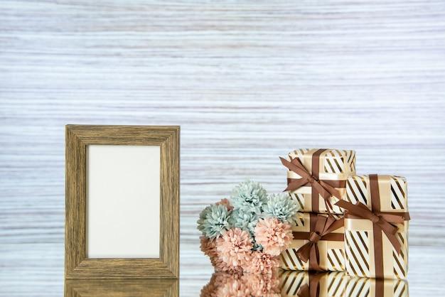Dia dos namorados moldura de vista frontal com flores refletidas no espelho