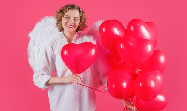 Dia dos namorados. mulher anjo com balões em forma de coração.