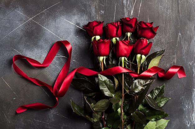 Dia dos namorados, mulheres, mães, dia, rosa vermelha, com, fita, coração, presente, surpresa