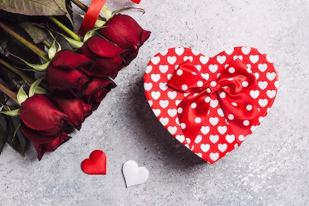 Dia dos namorados, mulheres, mães, dia, rosa vermelha, presente, caixa, forma coração, surpresa