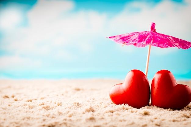 Dia dos namorados na praia. cartão de saudação de recém-casados.