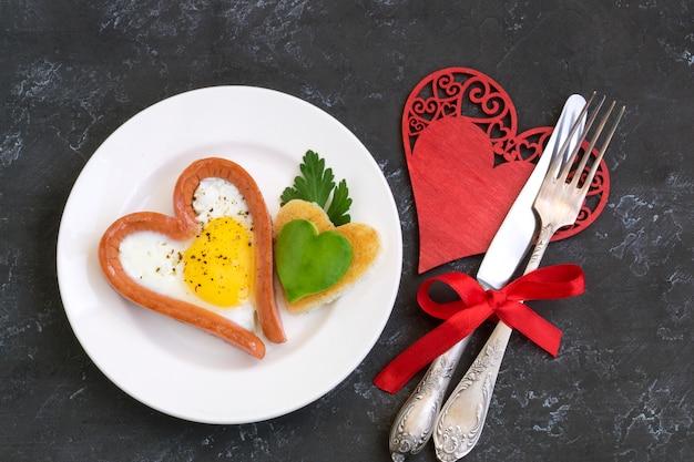 Dia dos namorados o café da manhã é ovos mexidos com pão em forma de coração.