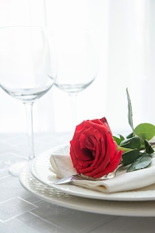 Dia dos namorados ou jantar romântico com rosa vermelha.