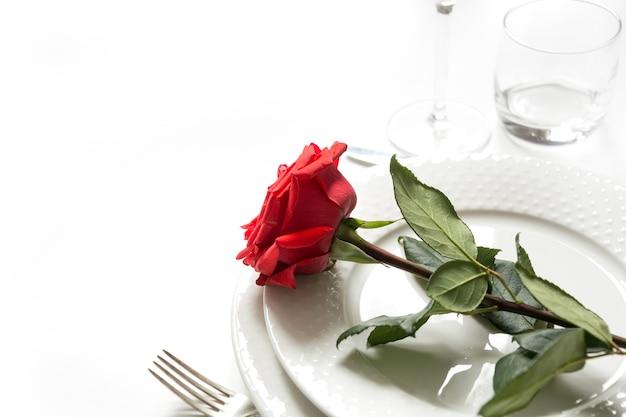 Dia dos namorados ou jantar romântico de aniversário. cenário de mesa romântica com rosa vermelha.