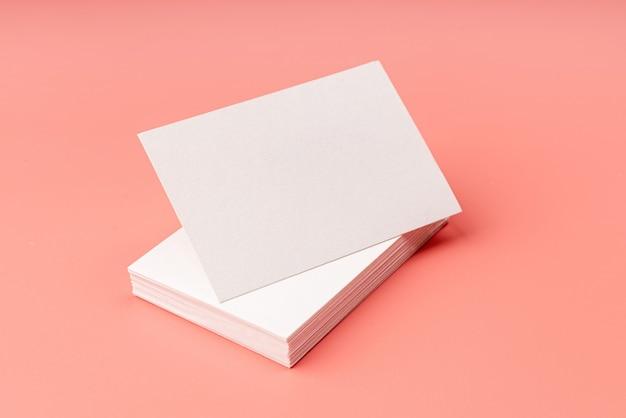 Dia dos namorados. pilha de cartões de visita em fundo rosa para projeto de simulação