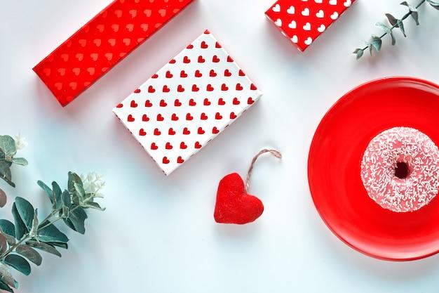 Dia dos namorados plana leiga, vista superior nas cores menta vermelhas, brancas e verdes.
