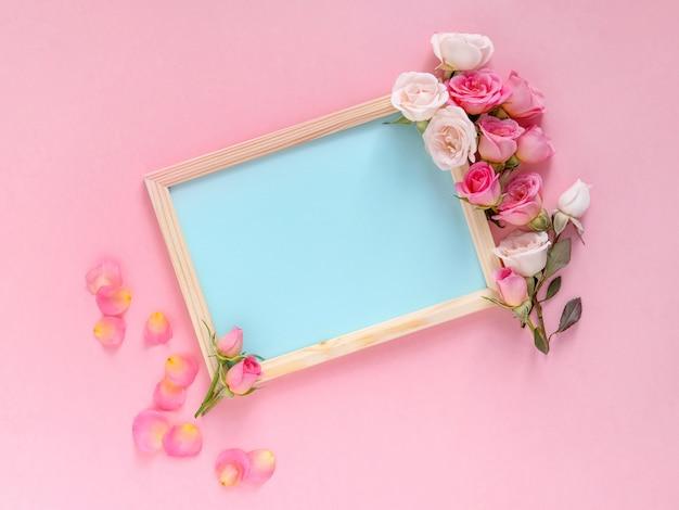 Dia dos namorados . plano de fundo dia dos namorados. rosas em fundo rosa pastel. vista plana leiga, superior, cópia espaço.