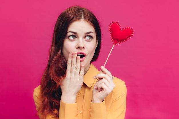 Dia dos namorados sentimentos mulher emoções e coração vermelho no palito. foto de alta qualidade