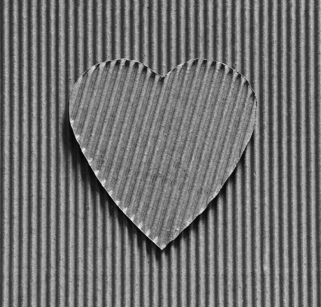 Dia dos namorados - símbolo do coração esculpido em papelão ondulado. copie o espaço.