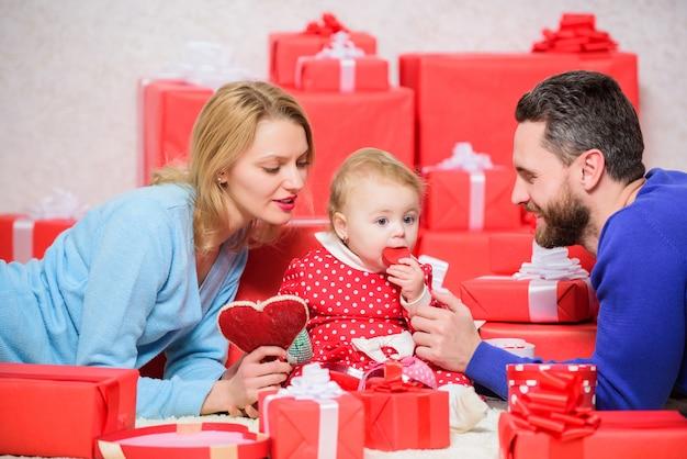Dia dos namorados um e único shopping online boxing day amor e confiança na família homem barbudo