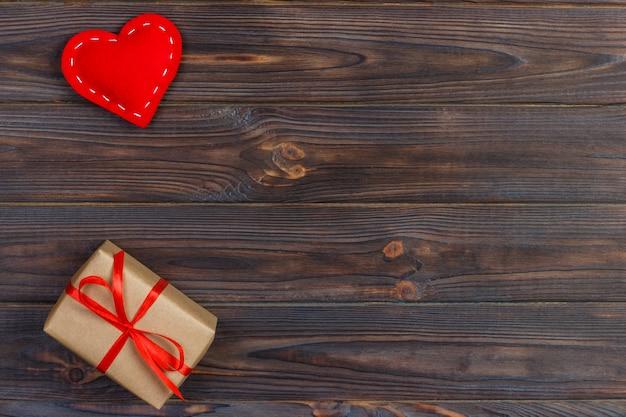 Dia dos namorados vintage fundo com corações e uma caixa de presente na mesa de madeira