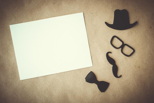 Dia dos pais. cartão branco com elementos decorativos em fundo de papel ofício. copyspace