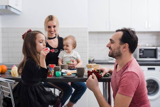 Dia dos pais desfrutando de um café da manhã familiar