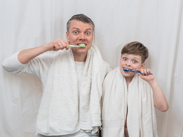Dia dos pais escovando os dentes juntos