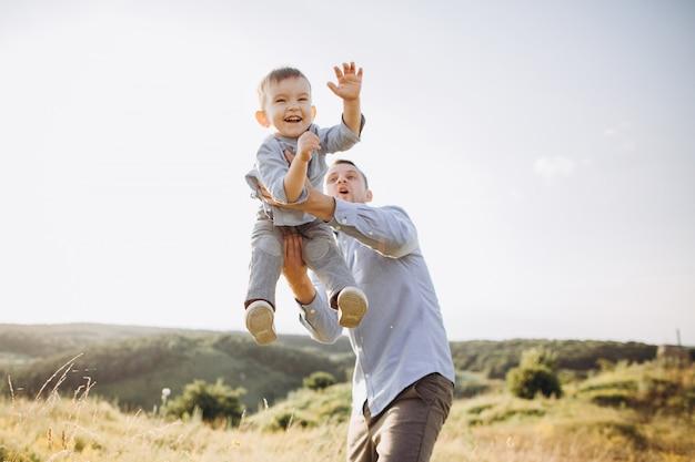 Dia dos pais. pai e filho brincando juntos ao ar livre no verão.