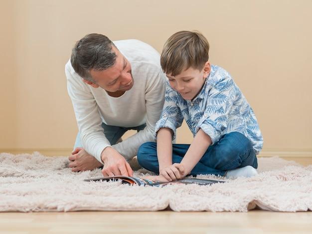 Dia dos pais pai e filho lendo uma história em quadrinhos