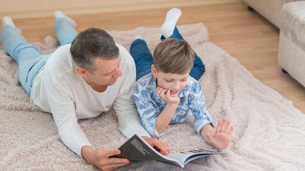 Dia dos pais pai e filho lendo vista alta