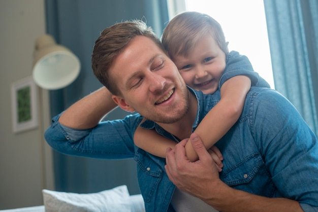 Dia dos pais pai e filho plano médio