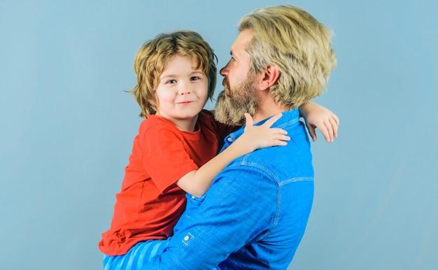 Dia dos pais. pai e filho se abraçam. relações familiares.
