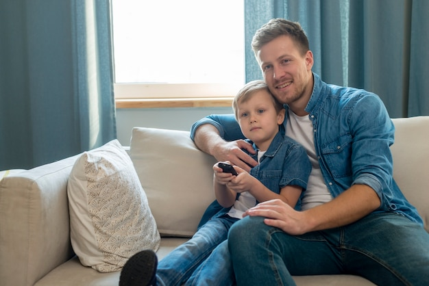 Dia dos pais pai e filho segurando um controle remoto