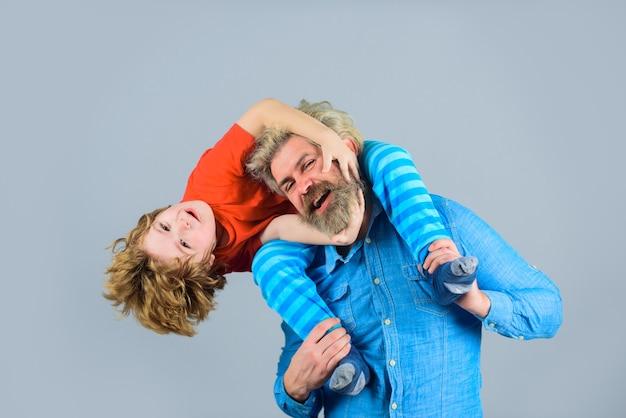 Dia dos pais, tempo para a família, pai e filho, relacionamentos familiares momentos felizes, filho senta-se nos ombros do pai