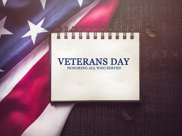 Dia dos veteranos. bandeira americana deitada na mesa