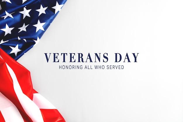 Dia dos veteranos. homenageando todos os que serviram. bandeira americana em fundo cinza com espaço de cópia.