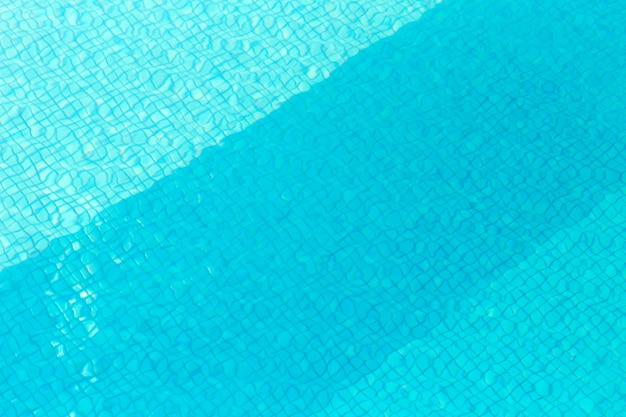 Dia ensolarado de piscina refrescante, com água azul relaxar o conceito de férias