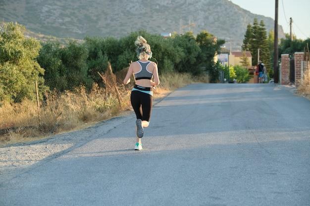 Dia ensolarado de verão, estrada nas montanhas, estilo de vida ativo e saudável em jovens