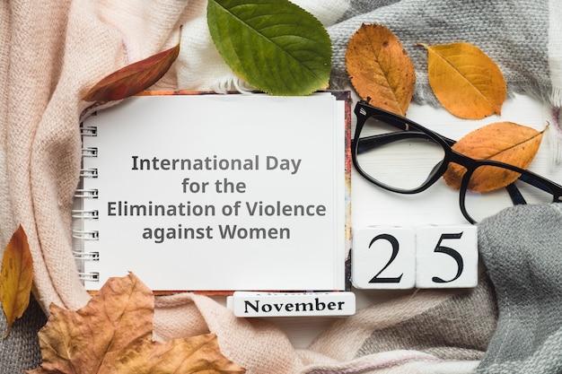 Dia internacional para a eliminação da violência contra a mulher com folhas de outono